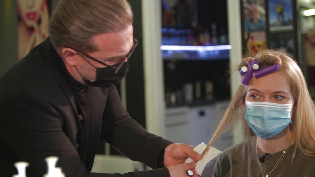 Experten-Tipp gegen kaputte Spitzen: Toilettenpapier um die Haare wickeln.