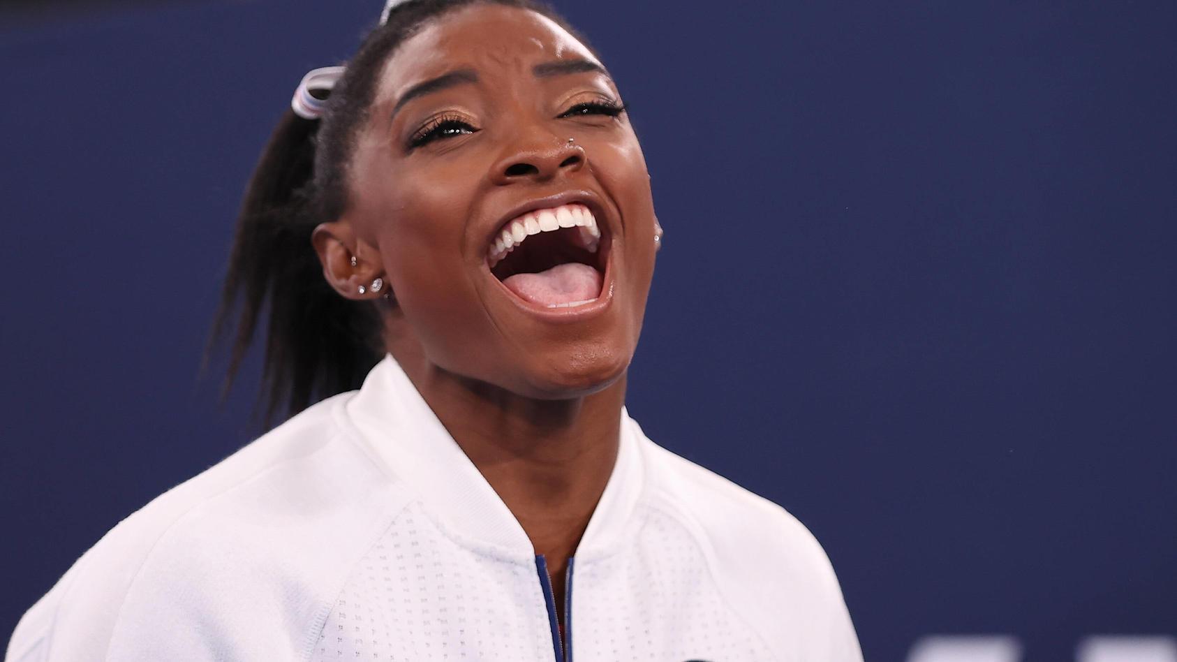 Simone Biles freut sich mit ihrer Teamkollegin.