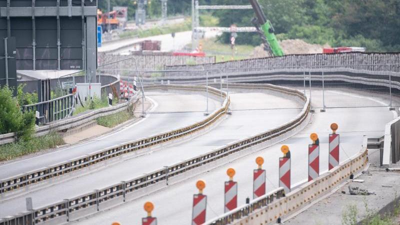 Die leere A66 an der abgesperrten Salzbachtalbrücke. Foto: Sebastian Gollnow/dpa/Archivbild
