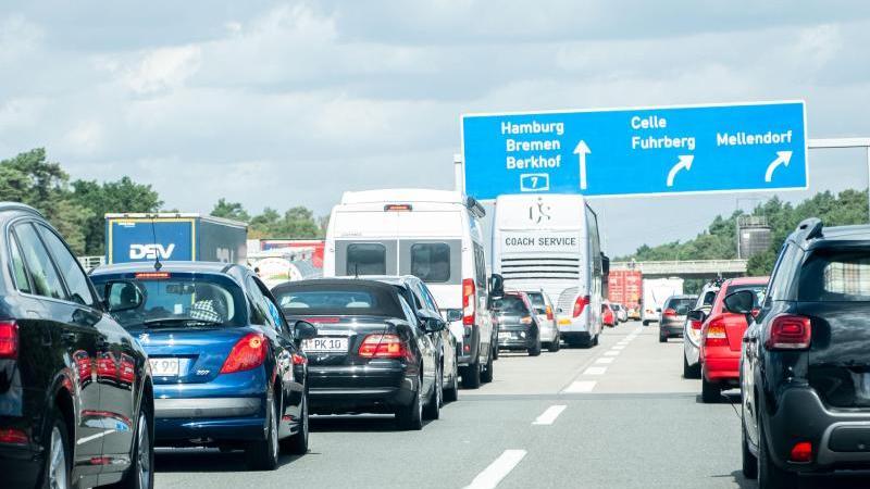 Fahrzeugkolonnen sind dicht gedrängt auf der Autobahn 2 zu sehen. Foto: Peter Steffen/dpa/Symbolbild