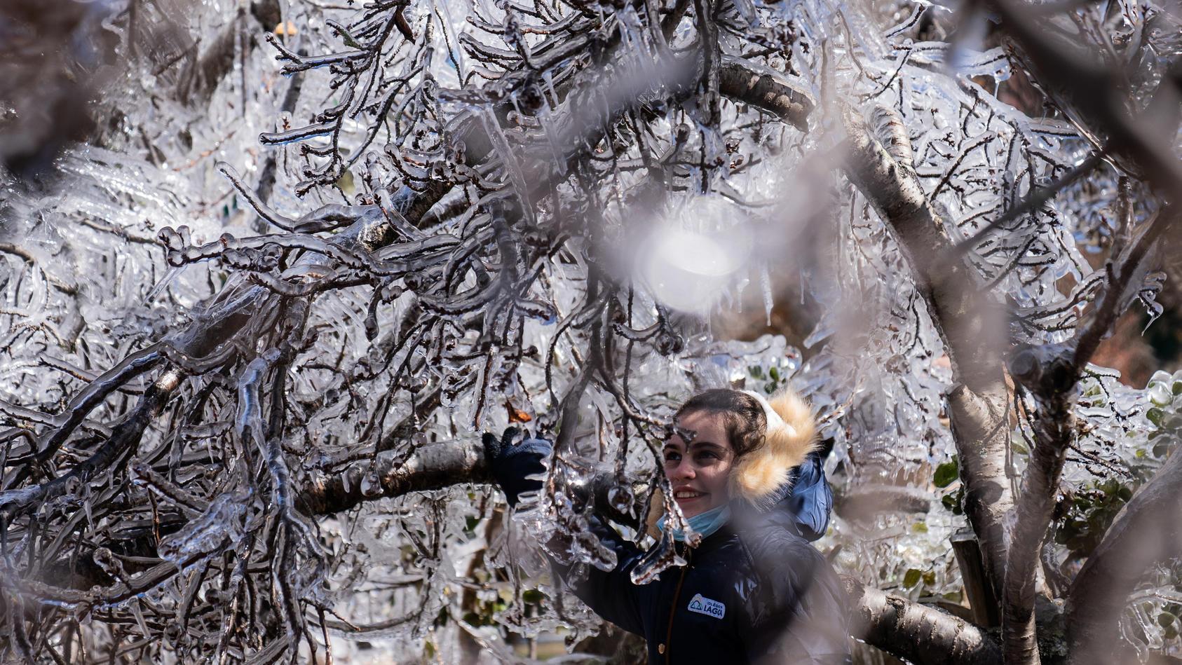 Menschen gingen bei den bisher niedrigsten Temperaturen des Jahres auf die Straße, um die Schneeflocken zu bewundern.