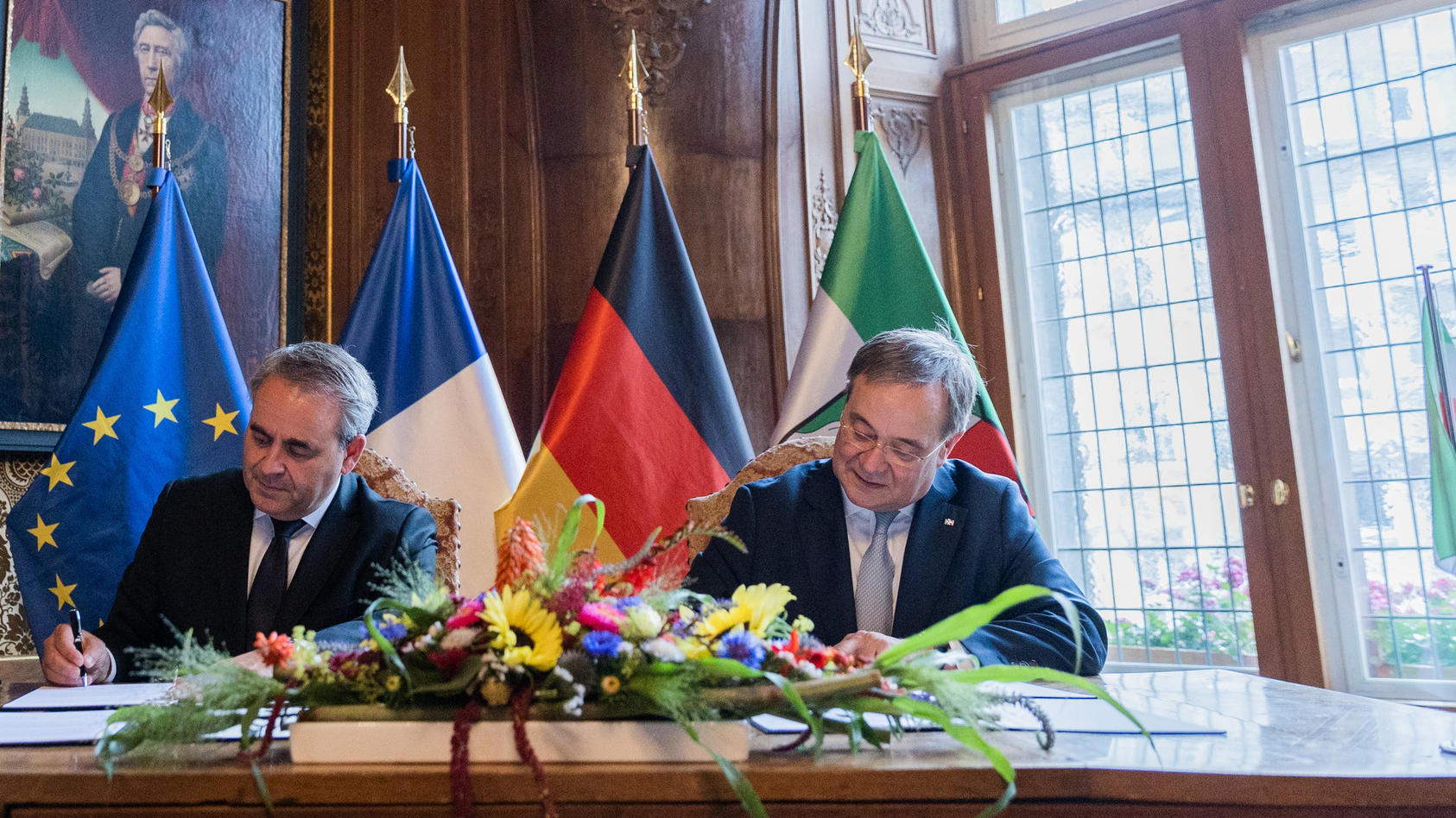 Armin Laschet - hier bei der Unterschrift einer Partnerschaftserklärung (Archivbild)