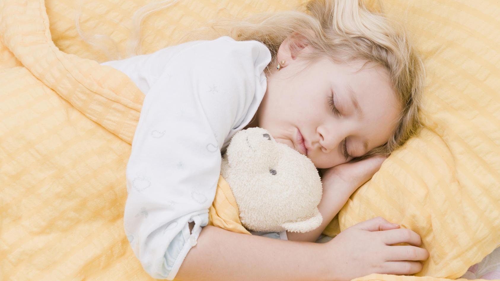 Zurück zu normalen Schlafenszeiten - das ist nach sechs Wochen Sommerferien für Kinder oft nicht leicht.