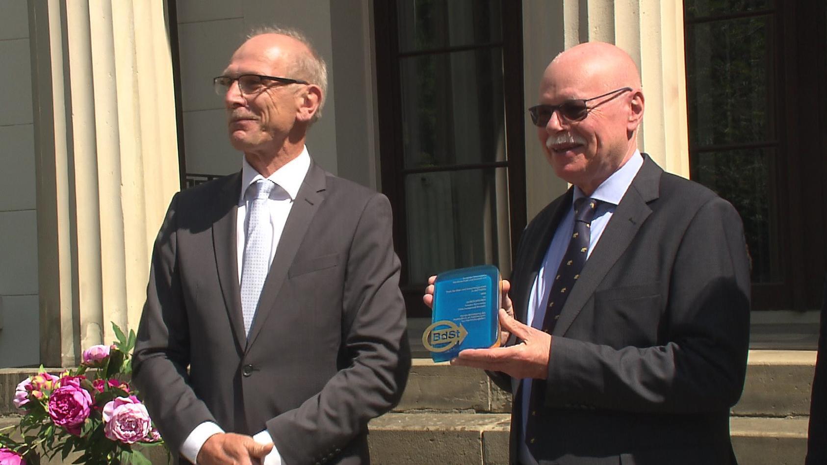 Bremens Innensenator Ulrich Mäurer erhält den Preis für Mut und Entschlossenheit in der Politik von Bernhard Zentgraf, Vorsitzender des Steuerzahlerbundes Niedersachsen und Bremen.