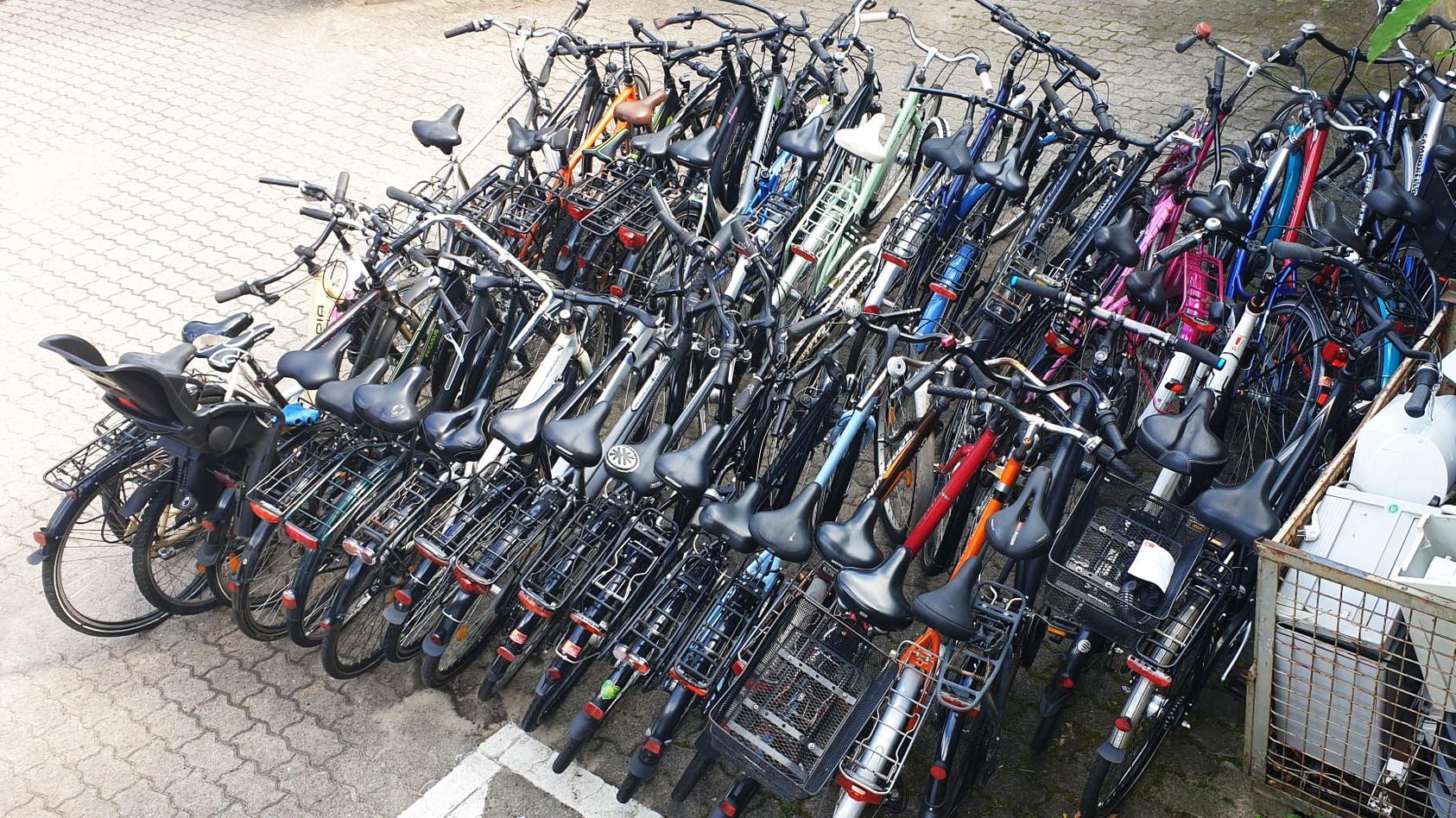 60 Fahrräder findet die Polizei zufällig bei der Vollstreckung eines Haftbefehls