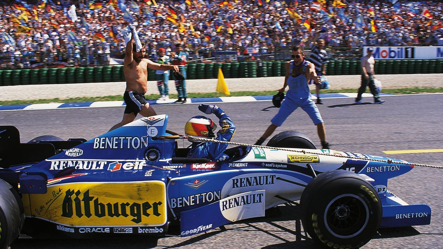 """Michael Schumacher wurde nach seinem Hockenheim-Heimsieg frenetisch gefeiert - und """"wurde in seiner Ehrenrunde abgeschleppt."""