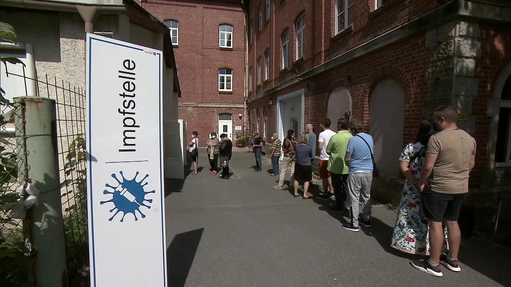 Bis zum Nachmittag kamen nach Angaben der Kassenärztlichen Vereinigung 250 Menschen, um sich neben der Spritze in den Oberarm auch noch die kulinarische Spezialität abzuholen.