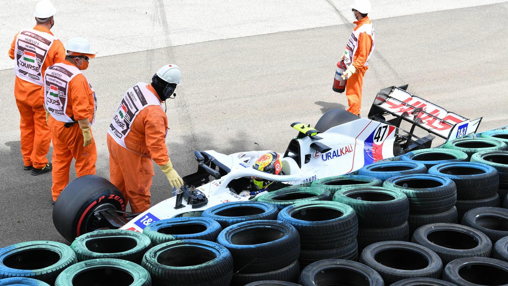 Das frühe Ende des 3. Freien Trainings für Mick Schumacher: Der Rookie landete mit seinem Haas in den Reifenstapeln