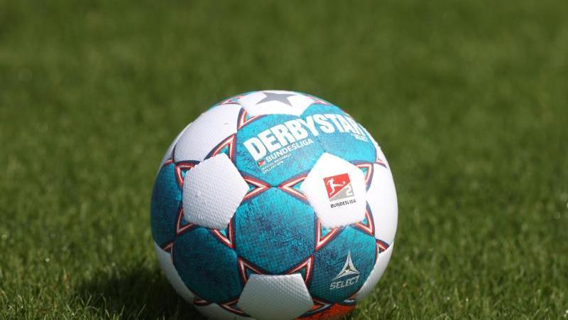 Der Spielball der Saison 2021/2022 der Bundesliga liegt auf dem Rasen. Foto: Guido Kirchner/dpa/Symbolbild