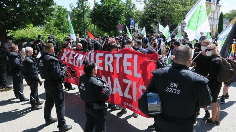 Mit Transparenten gehen Demonstranten durch die Stadt. Foto: Niko Mutschmann/dpa-Zentralbild/dpa