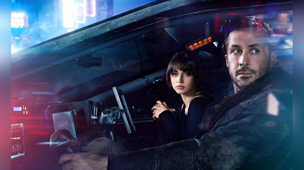 """""""Blade Runner 2049"""": Joi (Ana de Armas) bemüht sich, eine echte Freundin für K (Ryan Gosling) zu sein."""