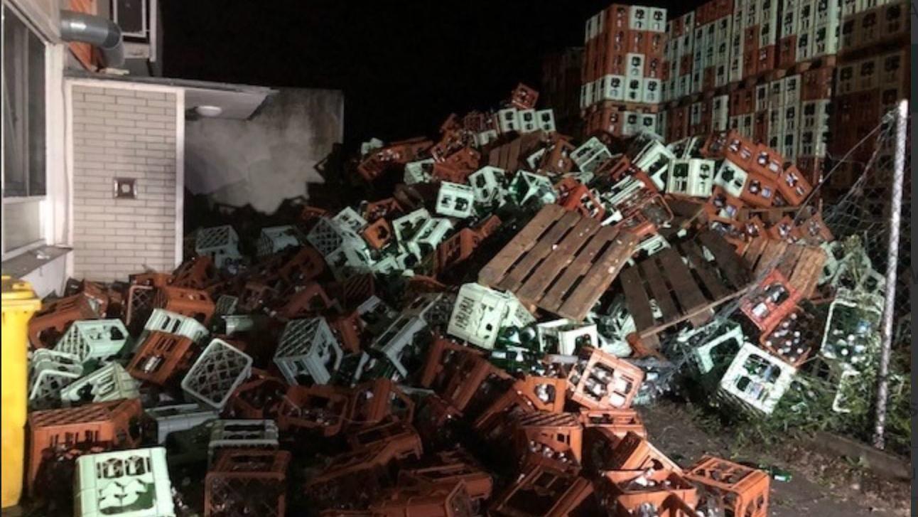 Circa 500 Leergut-Kästen lagerten vor dem Haus, als der Berg zusammenkrachte und einen Hauseingang versperrte.
