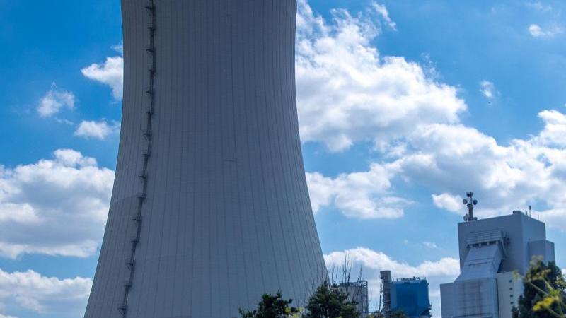 Wolken ziehen über dem Kohlekraftwerk. Foto: Jens Büttner/dpa-Zentralbild/dpa/Archivbild