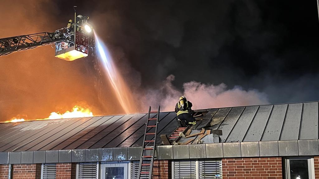 Das Dach der Kita musste erst aufwendig geöffnet werden, bis die Feuerwehrleute die Flammen löschen konnten.
