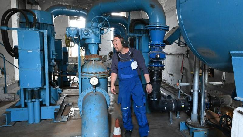 Ein Mitarbeiter kontrolliert die Pumpanlage im Brauchwasserpumpwerk Glindow. Foto: Bernd Settnik/dpa/dpa-Zentralbild