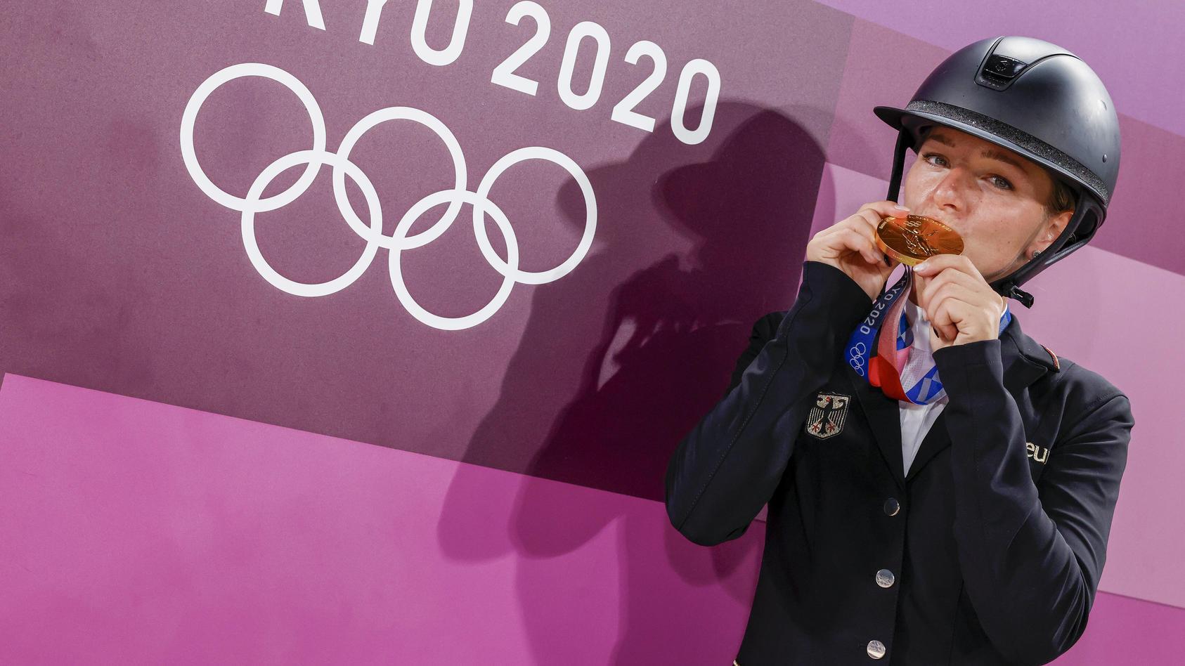 Julia Krajewski küsst die Gold-Medaille.
