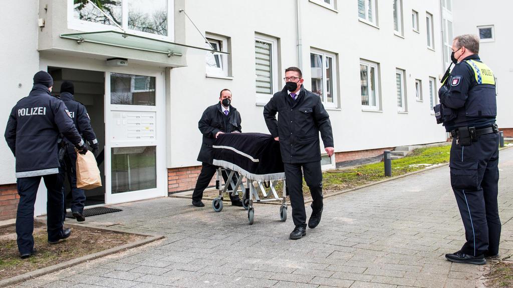 ARCHIV - 08.02.2021, Hamburg: Bestatter transportieren im Februar im Hamburger Stadtteil Bramfeld einen Sarg aus einem Mehrfamilienhaus ab. Ein Mann soll dort am vorherigen Abend seine Mutter umgebracht haben. Etwa einen Tag zuvor soll er auch seine
