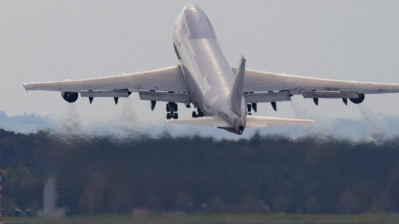 Eine Frachtmaschine startet auf dem Flughafen Frankfurt. Foto: Boris Roessler/dpa/Symbolbild