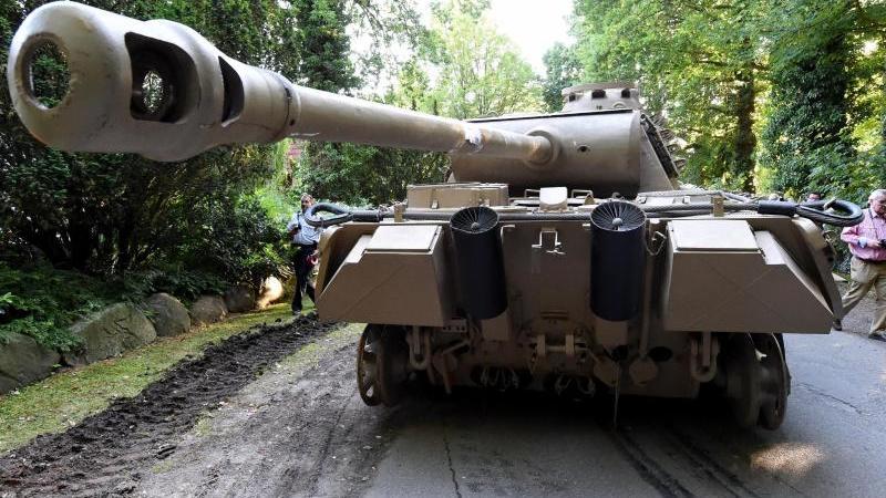 """Kampfpanzer des Typs """"Panther"""" vor dem Grundstück von Klaus-Dieter F. Foto: Carsten Rehder/dpa/Archivbild"""