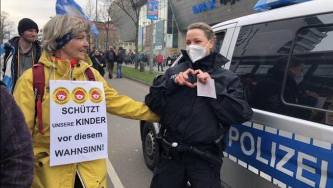 Dieses Foto sorgte für Aufruhr: Eine Polizeibeamtin solidarisiert sich offenbar mit einer Querdenkerin.