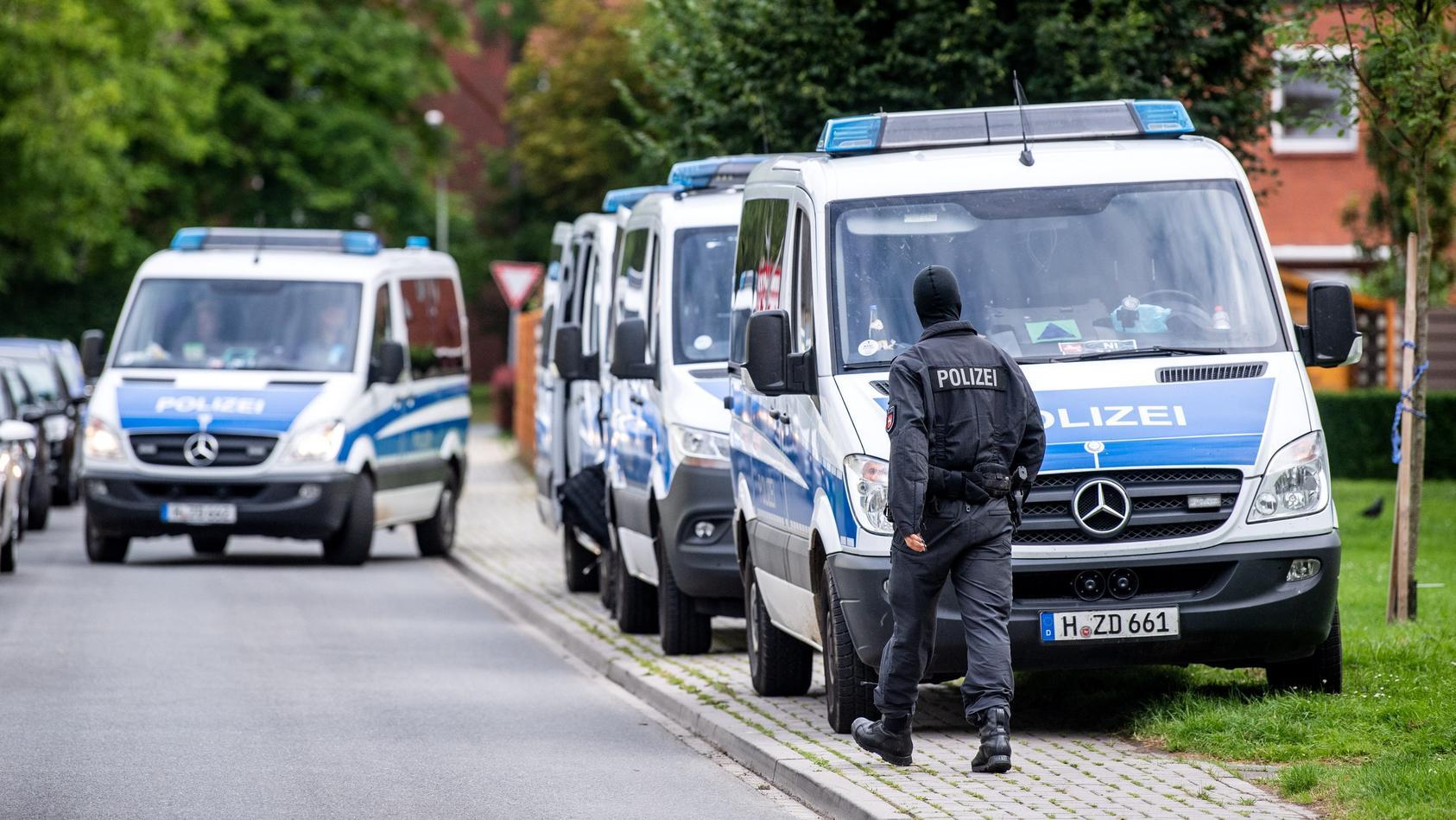 Bei der Razzia in Wilhelmshaven wurden mehr als 30 Objekte durchsucht.