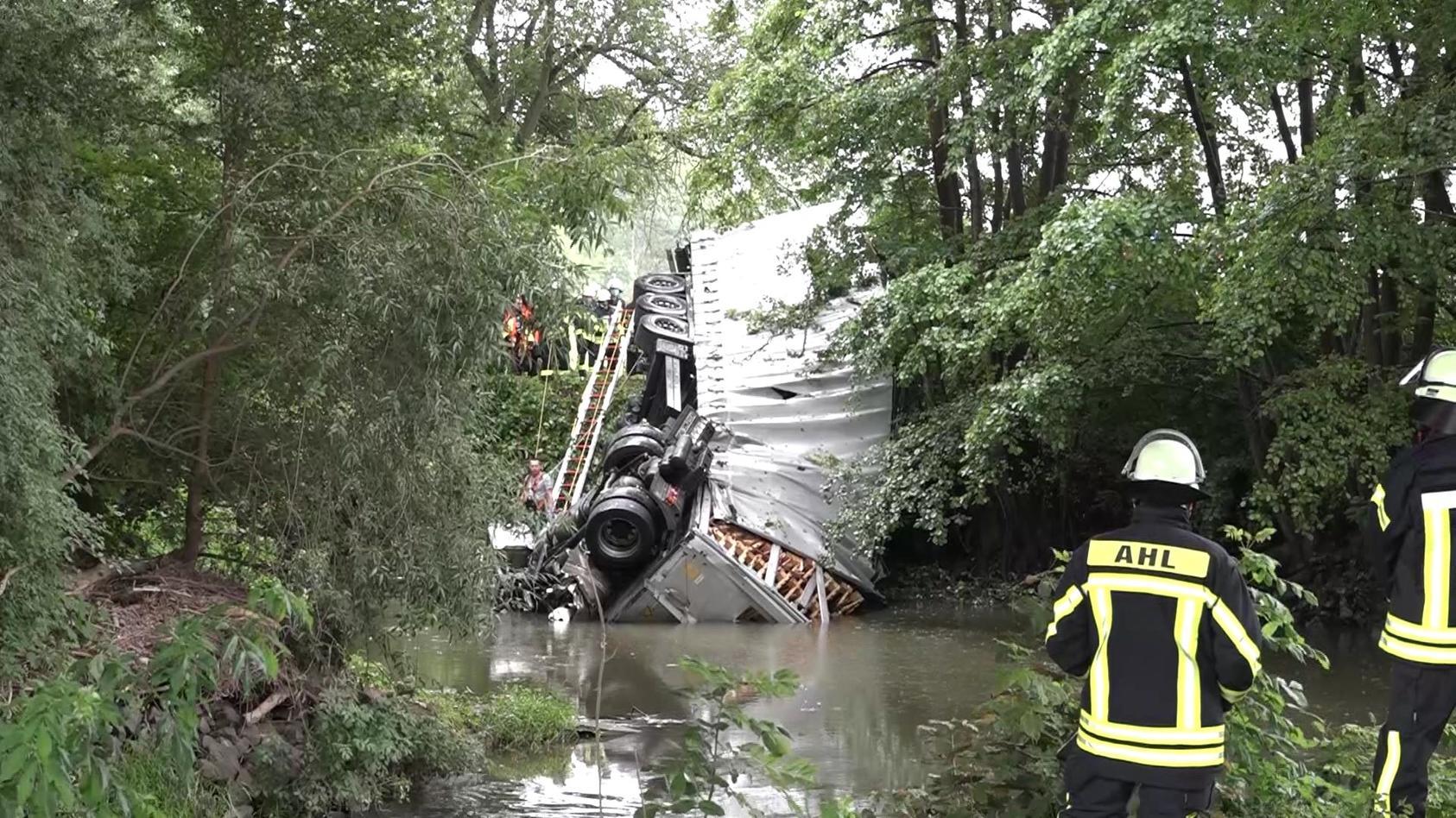 Das Führerhaus landete im Fluss - der Fahrer konnte nur noch tot geborgen werden.
