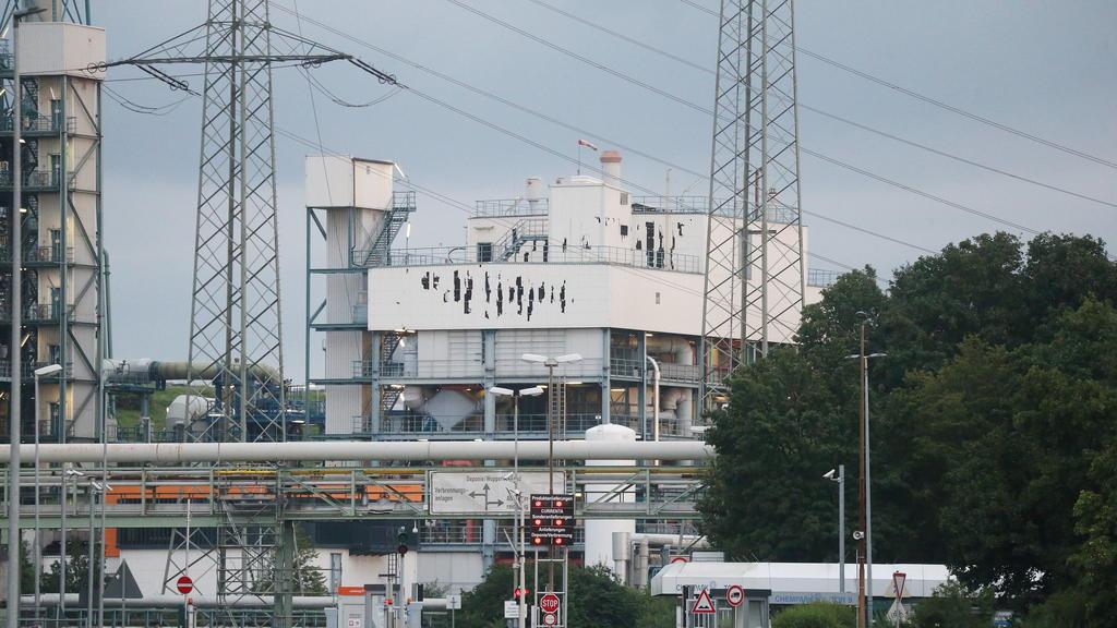28.07.2021, Nordrhein-Westfalen, Leverkusen: Nach der Explosion im Leverkusener Chempark sind am Gebäude Schäden zu erkennen. Foto: David Young/dpa +++ dpa-Bildfunk +++
