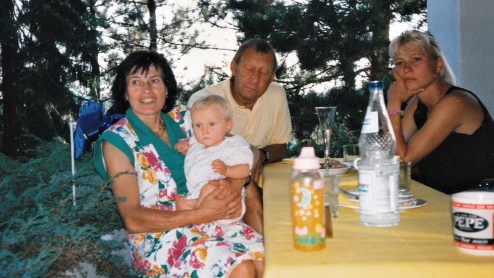 Alena Gerber als Kind auf dem Arm von ihrer Oma Irmtraud.