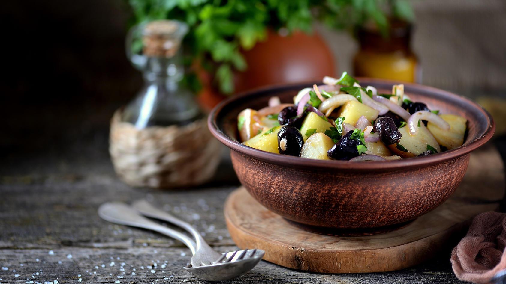Kartoffelsalat ist ein echtes Allround-Talent, weil man ihn zu vielen verschiedenen Anlässen zubereiten kann und es ihn in den unterschiedlichsten Varianten gibt!