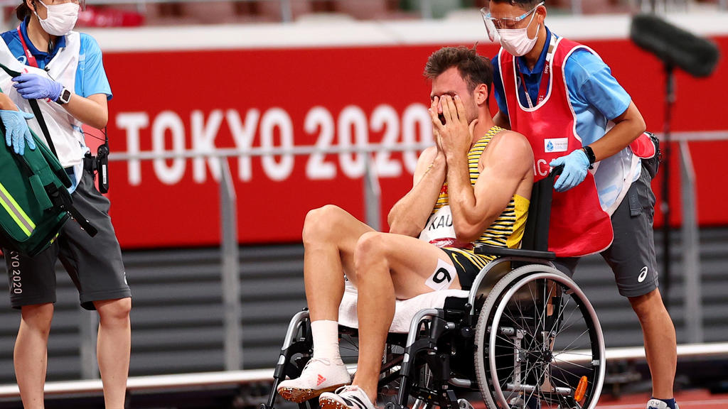 Tokyo 2020 Olympics - Athletics - Men's 400m - Decathlon 400m - Olympic Stadium, Tokyo, Japan - August 4, 2021. Niklas Kaul of Germany reacts as he receives medical attention REUTERS/Andrew Boyers