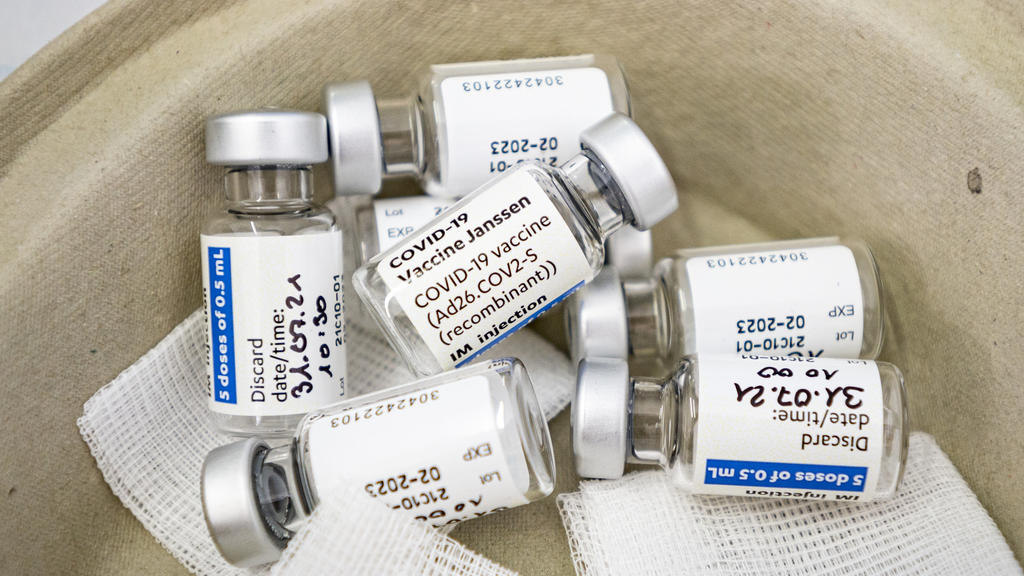 31.07.2021, Berlin: Mehrere Ampullen des Covid-19-Vakzins Janssen von Johnson & Johnson liegen während einer Impfaktion an einer russisch-orthodoxen Kirche in einer Schale. Vor dem Hintergrund einer nachlassenden Impfnachfrage geben erste Bundeslände