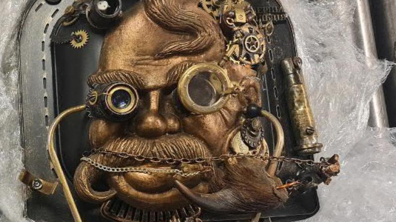 Eine Steampunk-Skulptur mit unbrauchbar gemachter Handgranate, die in einem Gepäckstück am Frankfurter Flughafen entdeckt wurde. Foto: Bundespolizei/Bundespolizeidirektion Flughafen Frankfurt am Main/dpa