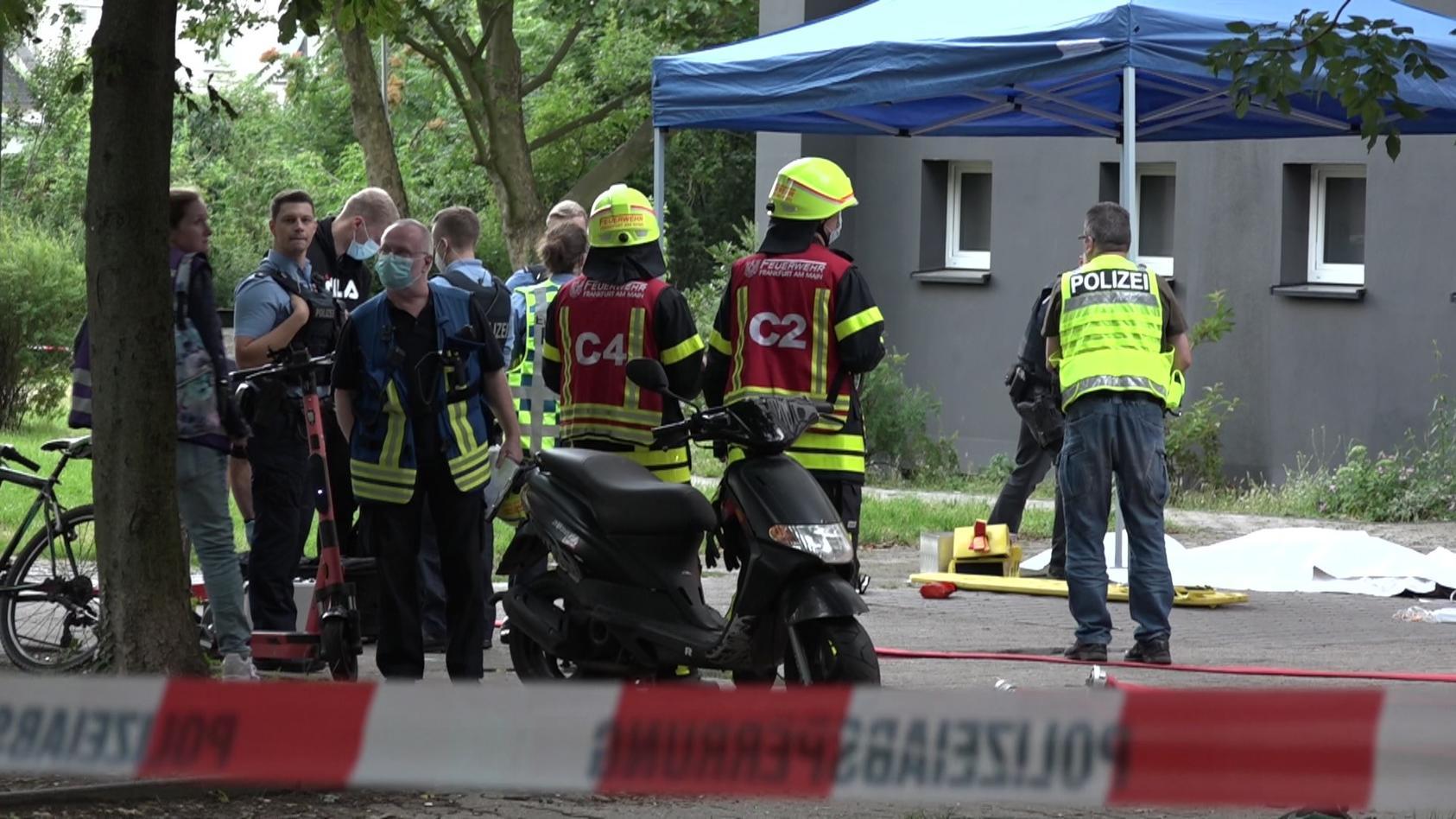 Ein Anwohner kletterte aus dem achten Stock eines Wohnhauses, um sich vor einem Brand in Sicherheit zu bringen. Dabei stürzte er in die Tiefe.