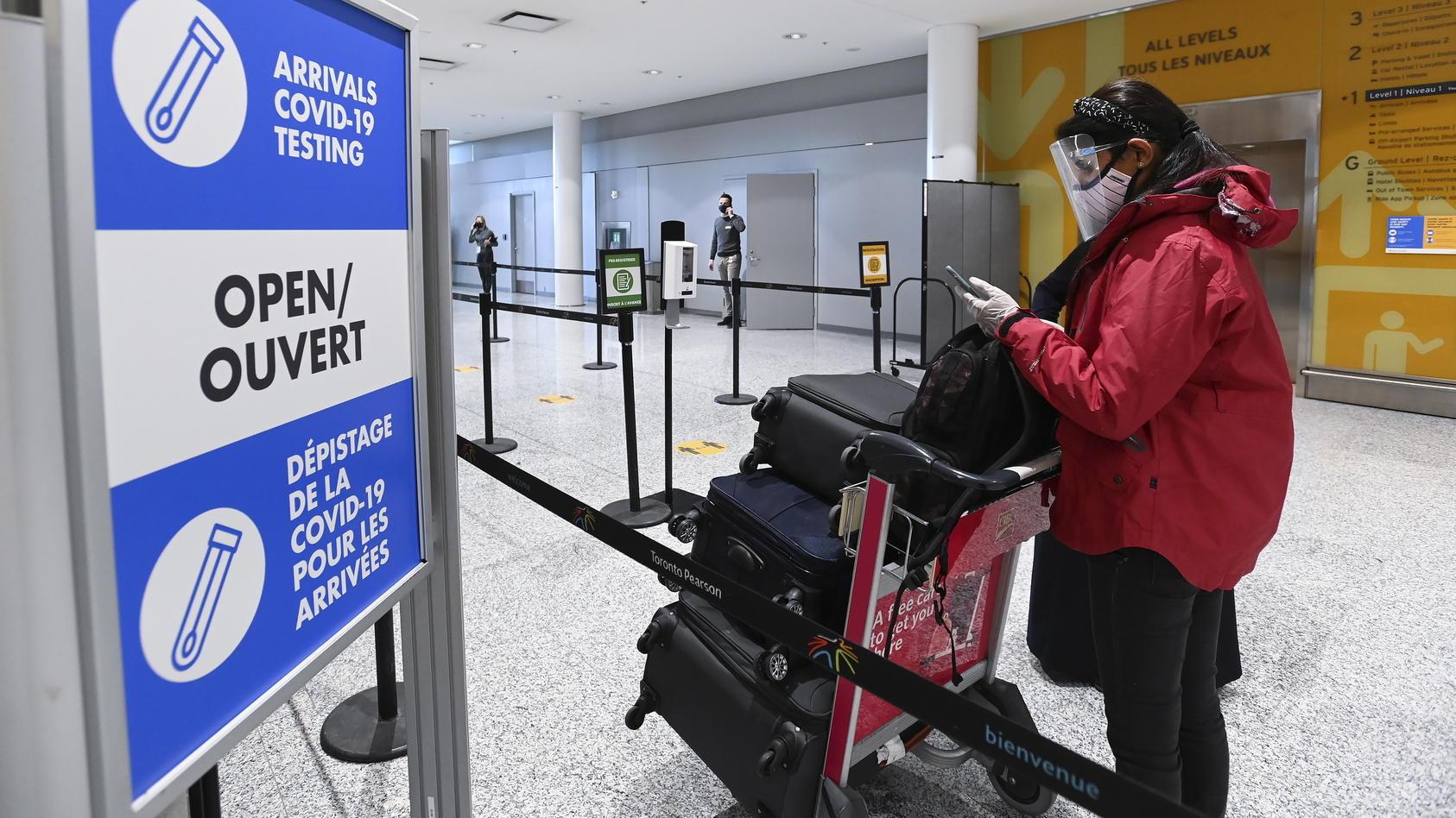 Am Flughafen in Toronto wurden Reisende mit gefälschten Impfpässen erwischt.