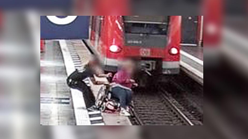 Bundespolizeidirektion München sucht Retter, der den sicheren Sturz einer Rollstuhlfahrerin ins Gleis verhinderte.