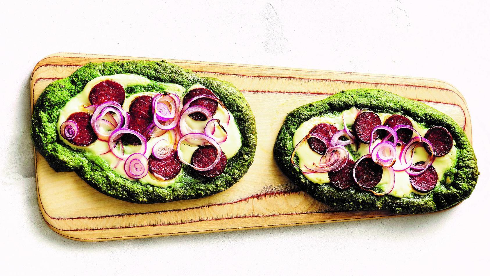 Herzhafter Genuss aus dem Ofen: Spinatfladen mit Cabanossi