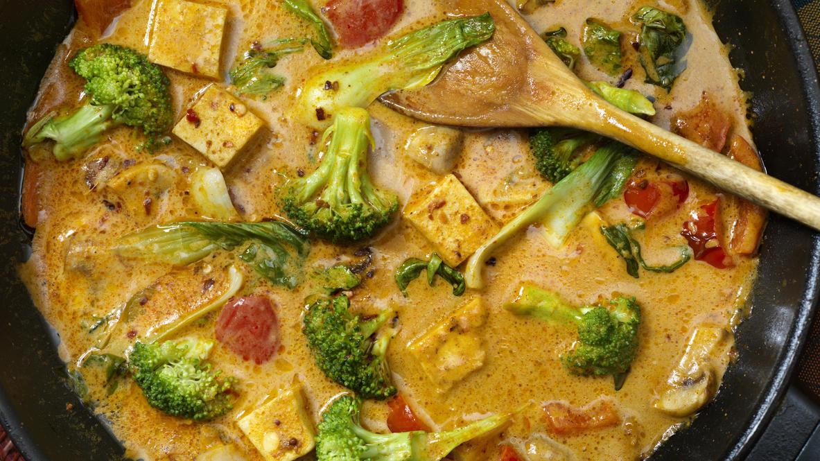 Klassisches Curry mit Tofu und Broccoli