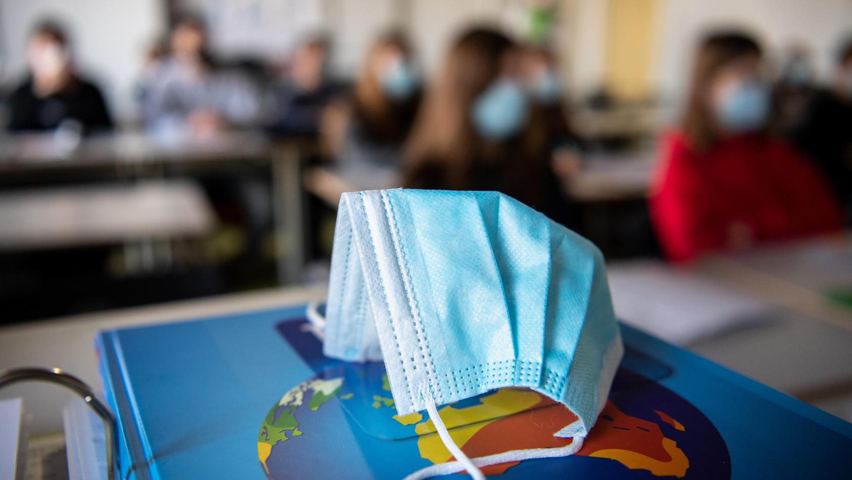 Immer mehr Bundesländer setzen die Maskenpflicht im Unterricht aus.