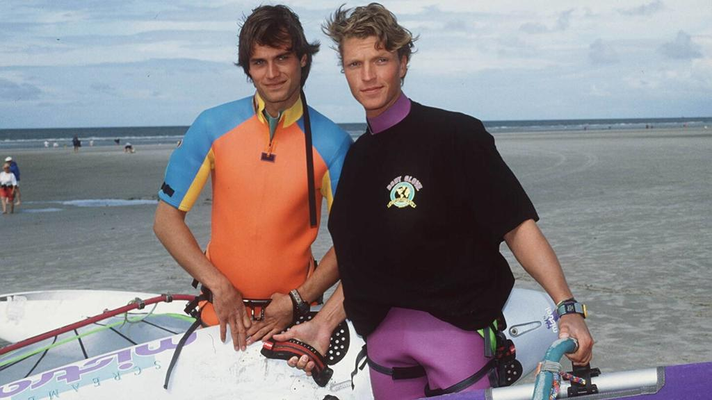 """Mädchenschwarm -Team: Ralf Bauer und  """"Gegen den Wind"""" Serien-Kollege Hardy Krüger 1998 am Rande der Dreharbeiten am Nordseestrand von Sankt-Peter-Ording."""