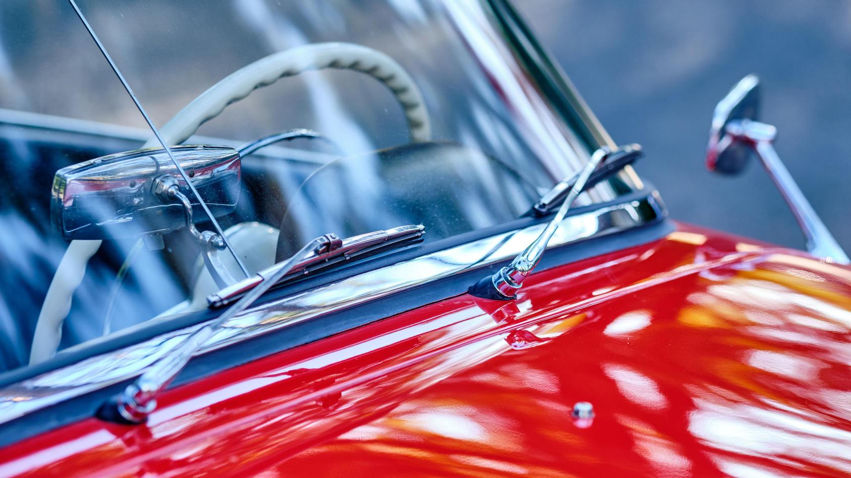 Hacks für Autofahrer: Was bei quietschenden Scheibenwischern hilft.