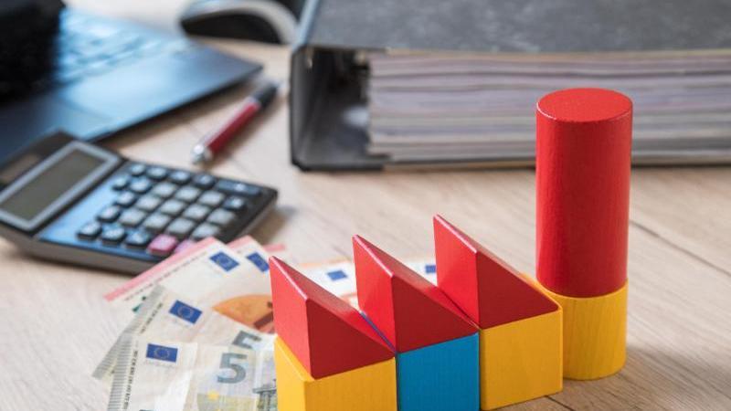 """Die Zinsen für Immobilienkredite bleiben niedrig - ein Vergleich lohnt sich, rät """"Finanztest"""". Foto: Christin Klose/dpa-tmn"""