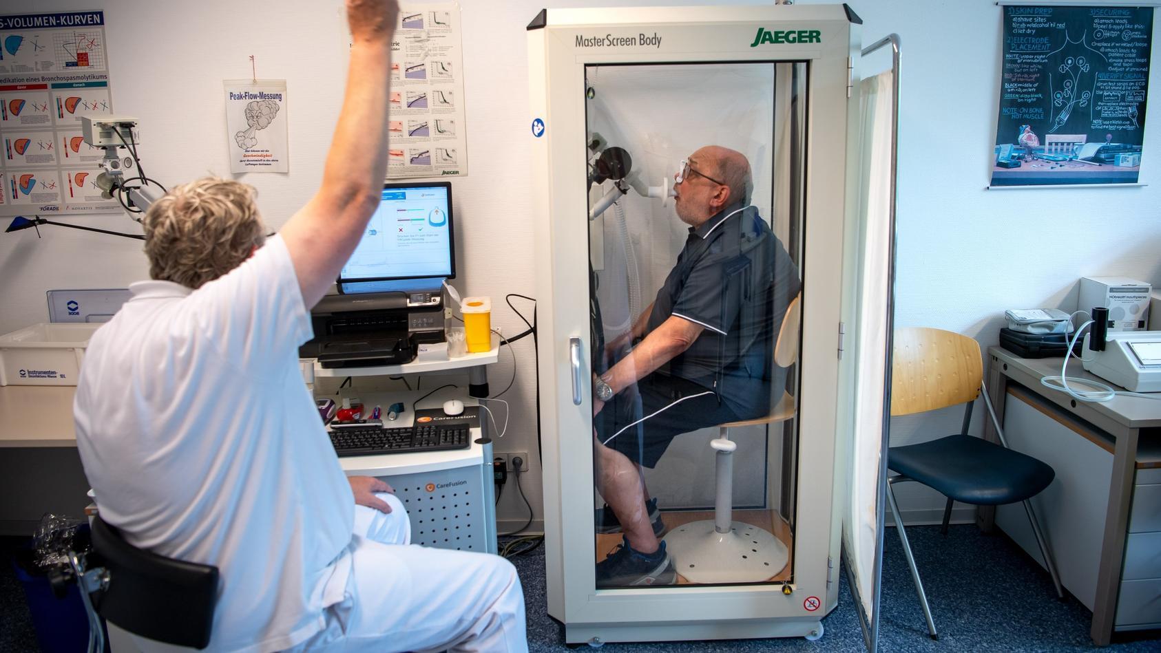 Medizinern der Augenklinik an der Universitätsklinik Erlangen ist es erstmals gelungen, vier Long-Covid-Patienten zu heilen.