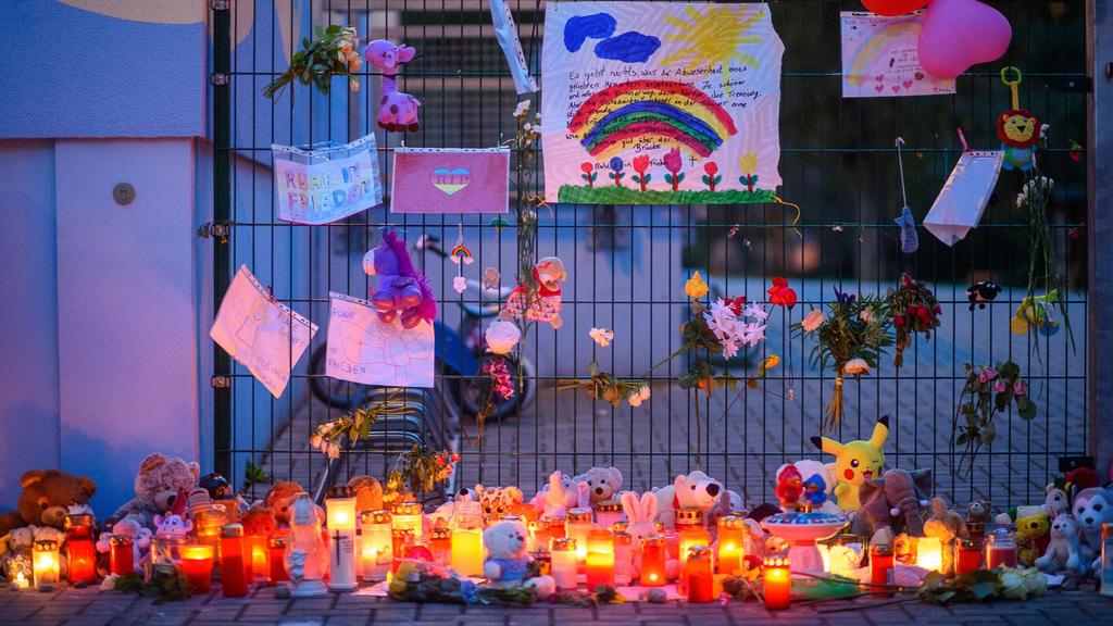 Kerzen, Blumen, Spielzeug und Kuscheltiere vor Kita