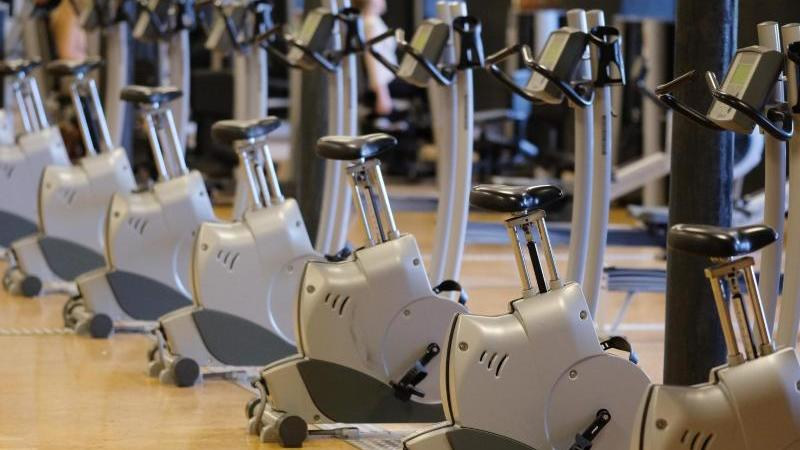 Sportgeräte in einem Fitnessstudio.