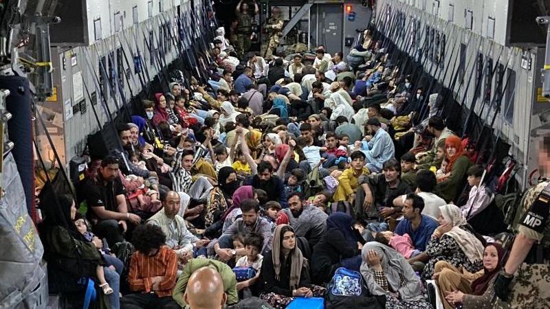 gefluchtete-sitzen-im-august-in-einem-airbus-a400m-der-bundeswehr-die-bundeswehr-hat-weitere-deutsche-staatsburger-und-afghanische-ortskrafte-aus-kabul-evakuiert