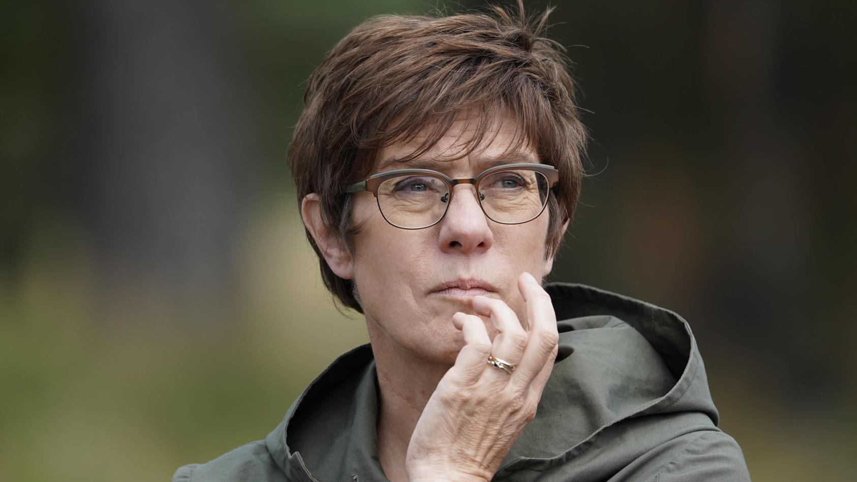 Bundesverteidigungsministerin Kramp-Karrenbauer erwägt persönliche Konsequenzen nach dem Afghanistan-Debakel.