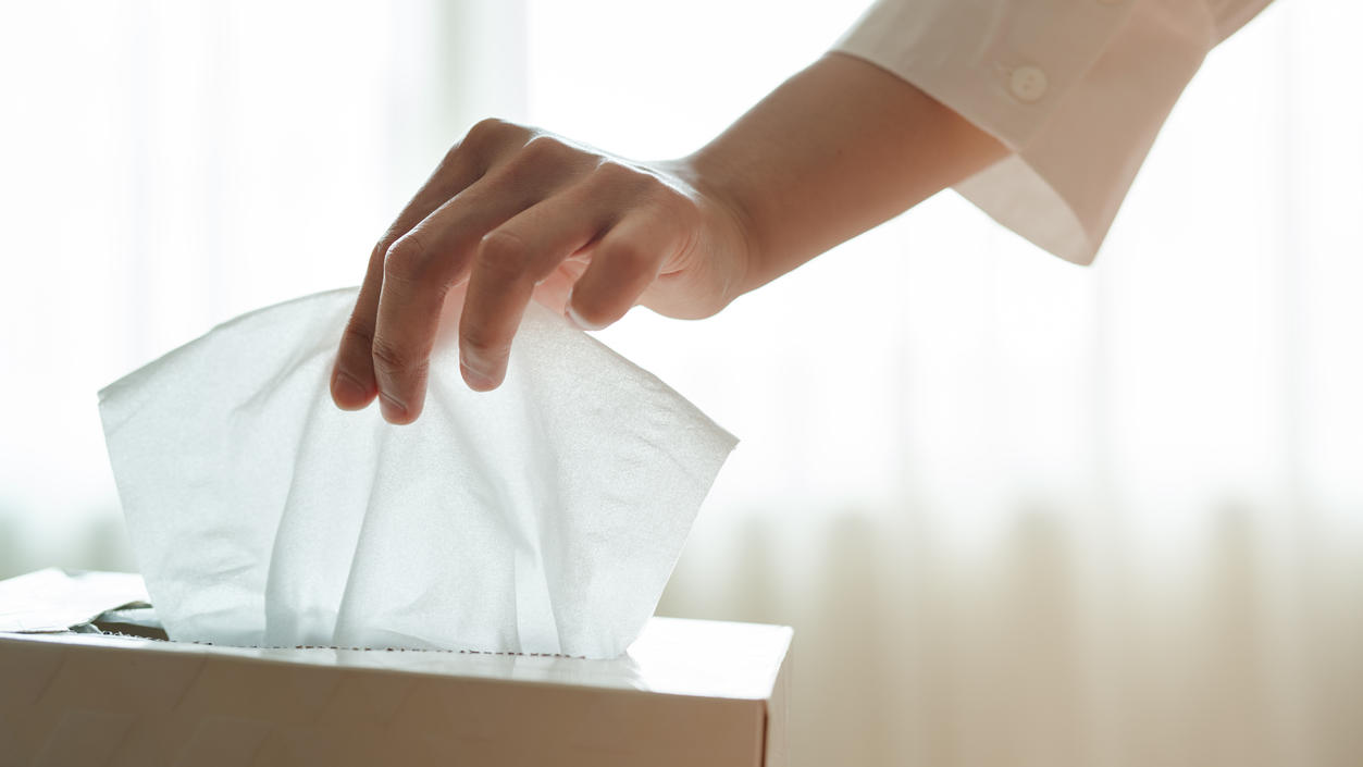Dünne Kosmetiktücher sind praktisch - und viele davon laut Öko-Test empfehlenswert.