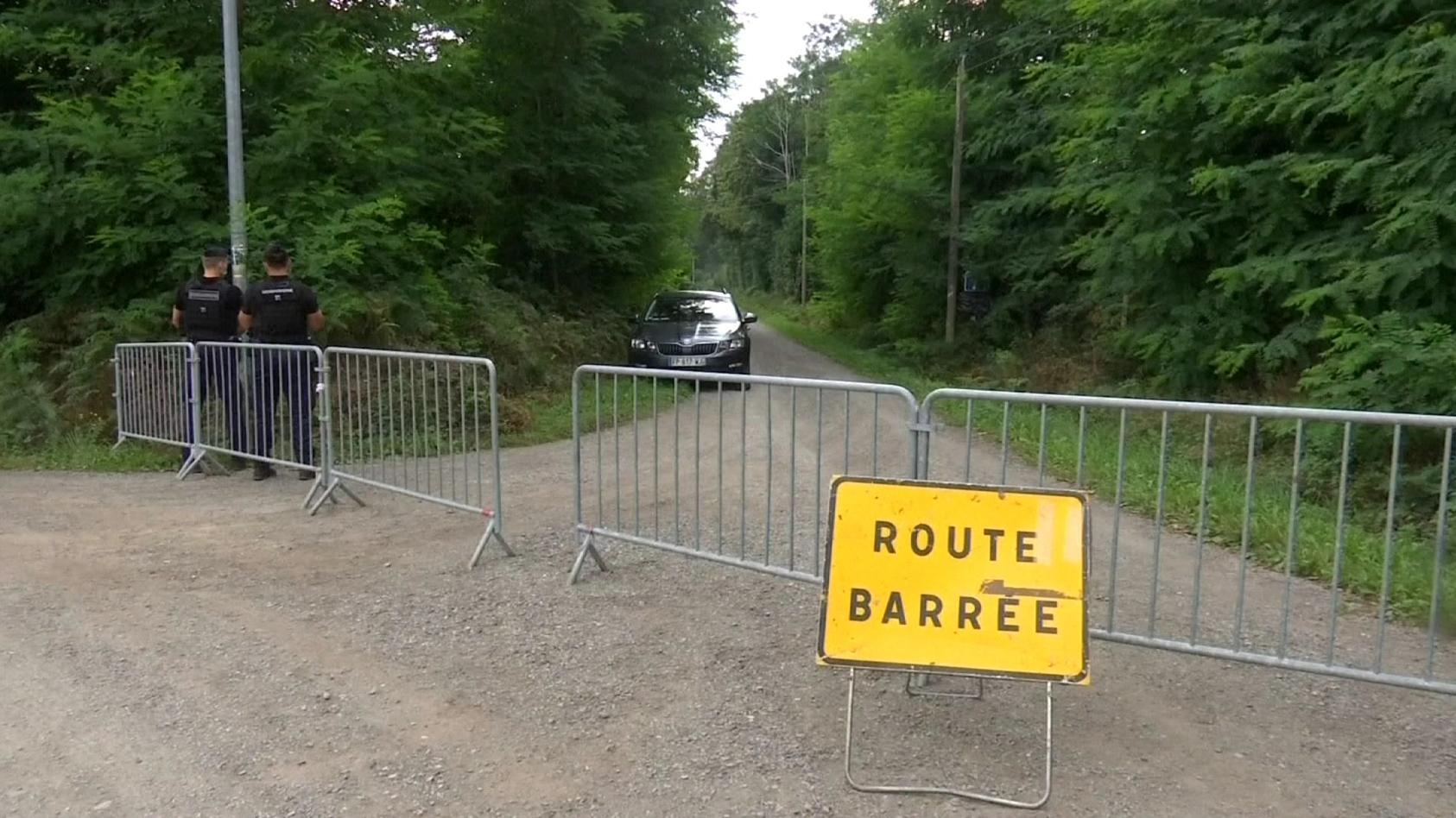 Die Polizei stieß am Montag auf die beiden Tüten mit den verwesten Leichen in einem Schuppen in der Nähe des Familienhauses bei Le Mans