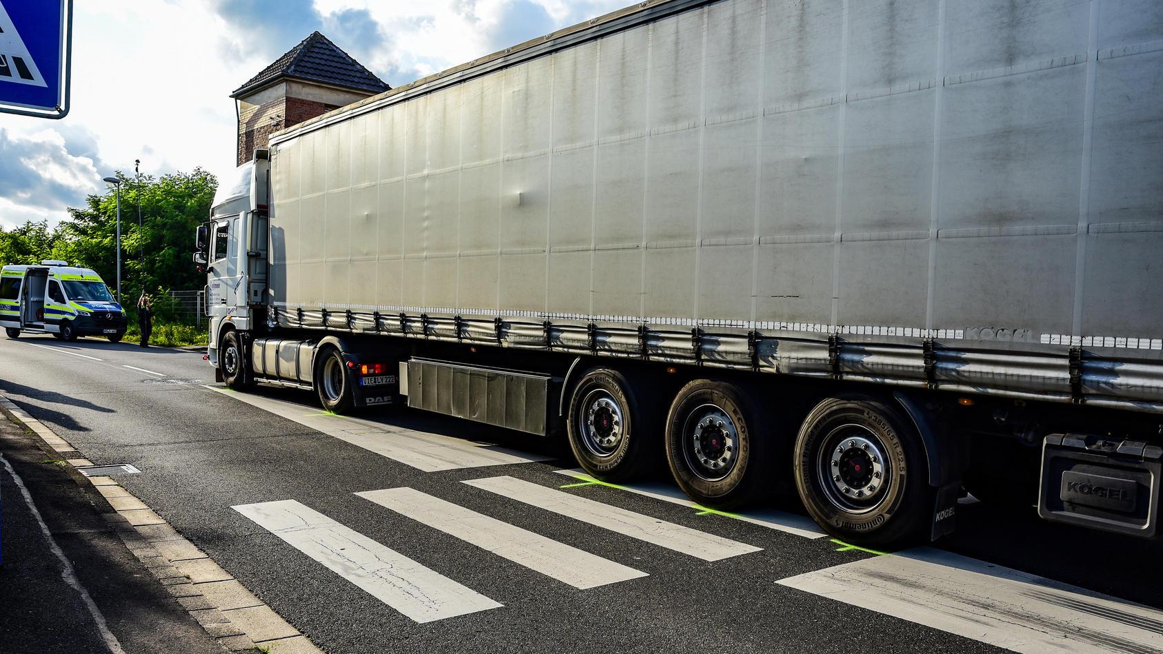 Unglücksstelle in Erftstadt: Dieser Laster überfährt das Kind auf dem Zebrastreifen.