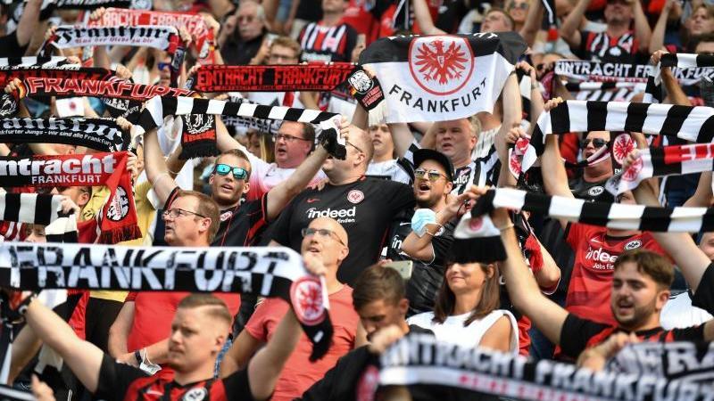 Eintracht Frankfurt Fans jubeln.